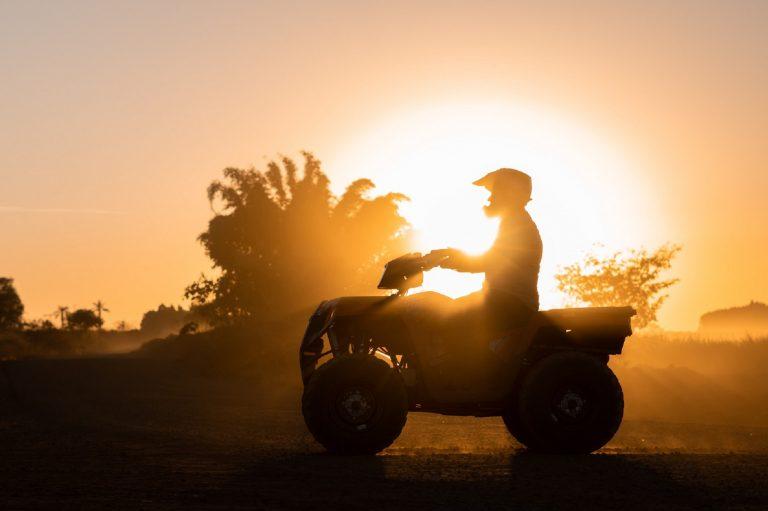 Polaris Sportsman 570 no pôr do sol