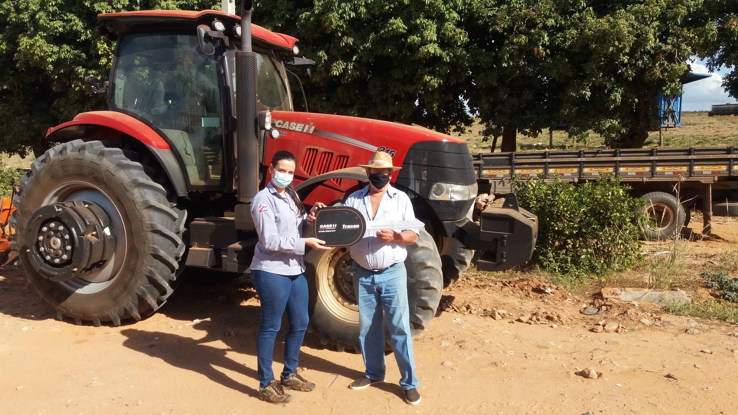 Consultora Jéssica Barbieri entrega equipamento ao cliente Rubens Mozzini