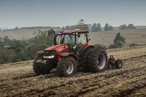 Trator Puma 230 puxando plantadeira