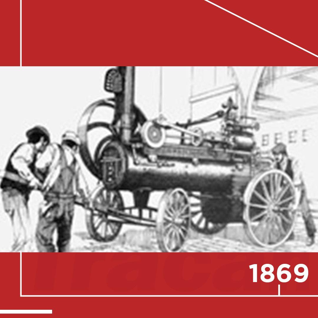 📆 1869 - A J.I. Case and Company produz o primeiro trator movido a vapor. Ele é feito sobre rodas, mas ainda puxado por cavalos e usado apenas para alimentar outras máquinas.