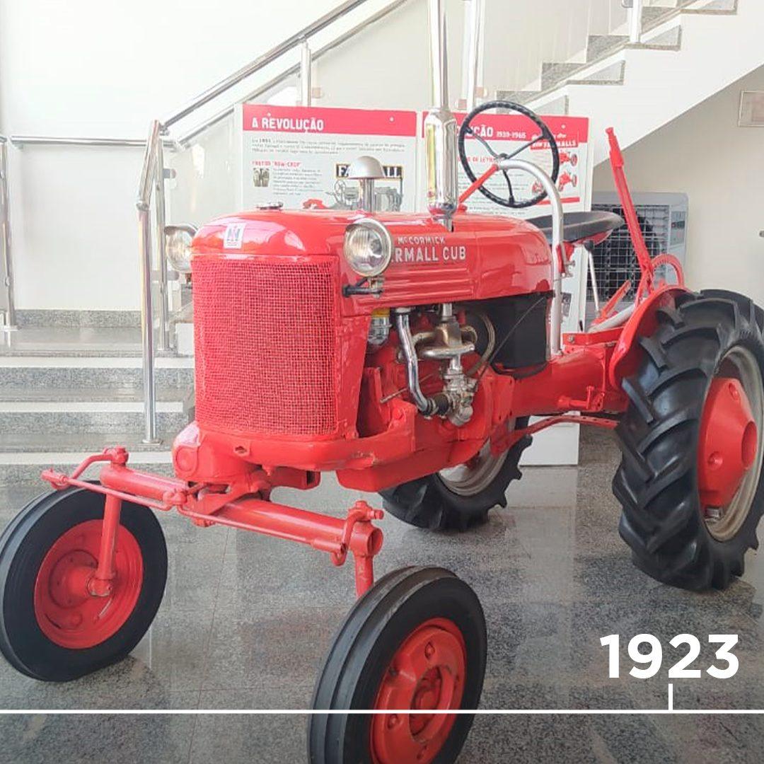 📆 1923 - A famosa linha Farmall é criada pela International Harvester. A produção inaugural é artesanal e são feitas apenas 22 unidades, para testes práticos com alguns fazendeiros. Esse trator da foto é uma relíquia que fica em nossa unidade de Araçatuba-SP.