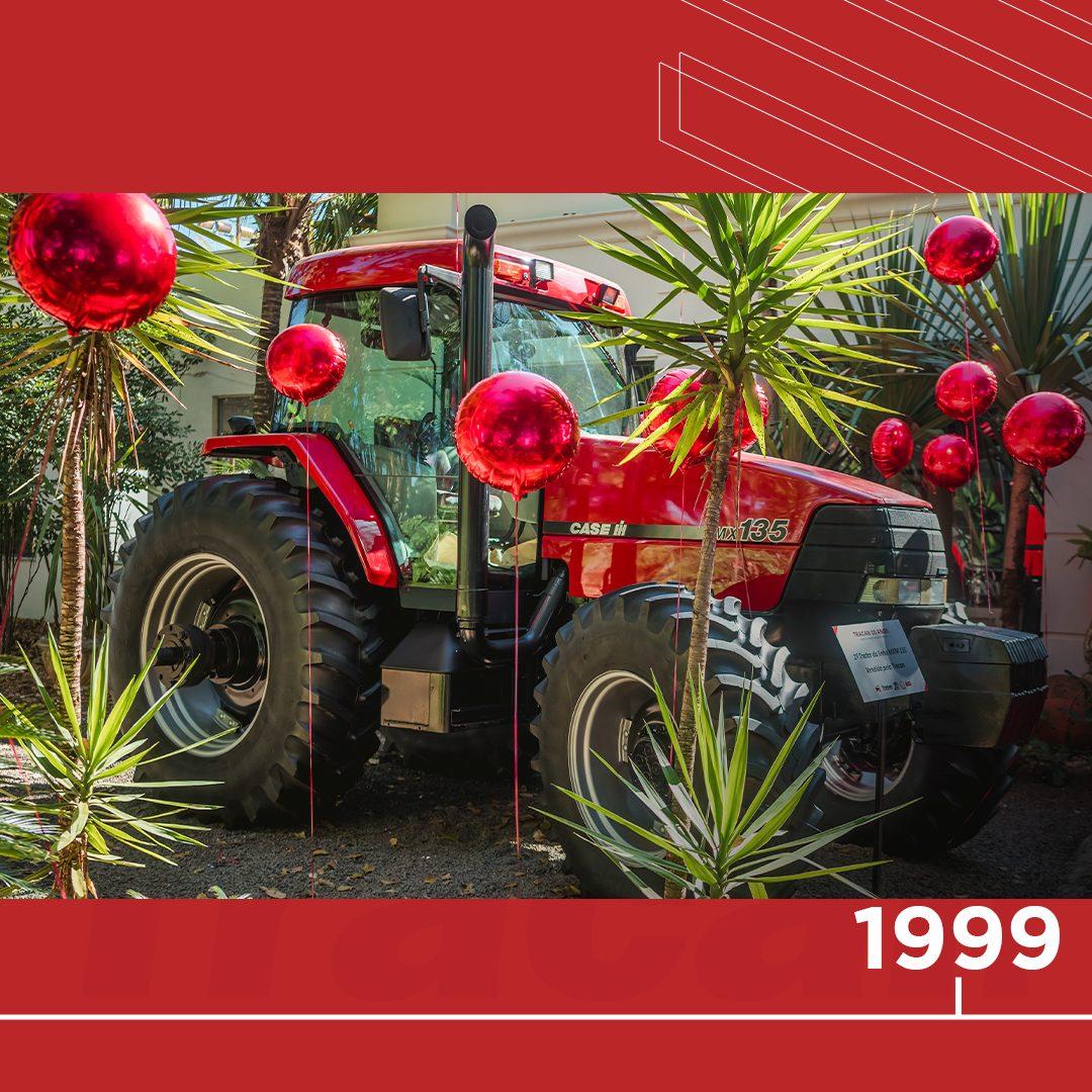 📆 1999 - Em nosso primeiro ano vendemos um trator MXM 135. Ele é da linha Maxxum, que foi descontinuada, mas até hoje tem um valor especial para nós. Essa foto é da nossa festa de 20 anos, onde fizemos questão de eternizar essa máquina.